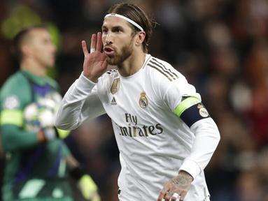 Bek Real Madrid, Sergio Ramos, melakukan selebrasi usai membobol gawang Galatasaray pada laga Liga Champions di Stadion Santiago Bernabeu, Rabu (6/11). Real Madrid menang 6-0 atas Galatasaray. (AP/Manu Fernandez)
