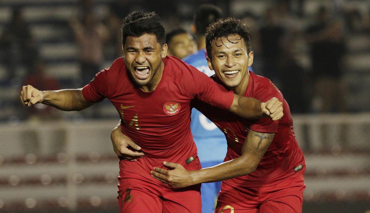 Pemain Timnas Indonesia U-22, Asnawi Mangkualam, bersama Osvaldo Haay merayakan gol yang dicetaknya ke gawang Singapura U-22 pada laga SEA Games 2019 di Stadion Rizal Memorial, Manila, Kamis (28/11). Indonesia menang 2-0 atas Singapura. (Bola.com/M Iqbal
