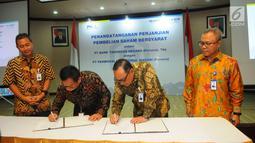 Dirut PT BTN, Maryono (kedua kanan) dan Dirut PNM, Arief Mulyadi (kedua kiri) menandatangani perjanjian pembelian saham bersyarat PNMIM dari PNM di Gedung Kementerian BUMN, Jakarta, Senin (22/4). (Liputan6.com/Angga Yuniar)