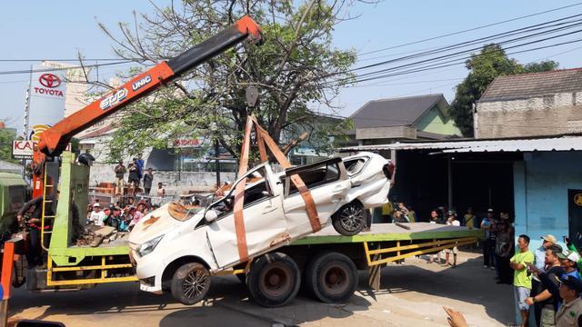 Truk bermuatan tanah menimpa mobil, 4 orang tewas dan 1 bayi selamat
