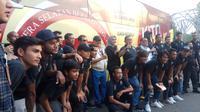 Seluruh pemain Sriwijaya FC saat berfoto di depan bus official Sriwijaya FC (Liputan6.com / Nefri Inge)