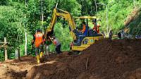 Petugas BPBD Kabupaten Malang saat menangani longsor di Kecamatan Wagir, Malang pada Maret 2020 silam (BPBD Malang)