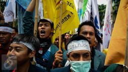 Badan Eksekutif Mahasiswa Seluruh Indonesia (BEM SI) melakukan aksi demonstrasi di Istana Negara, Jakarta, (20/10). Aksi yang dilakukan mahasiswa merupakan peringatan tepat dua tahun pemerintahan Joko Widodo-Jusuf Kalla. (Liputan6.com/Faizal Fanani)