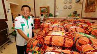 Ketua Daker Mekah Nasrullah Jasam meninjau penimbangan koper jemaah haji. (Liputan6.com/Taufiqurrohman)