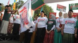 Ketua Umum Partai Kebangkitan Bangsa (PKB) Muhaimin Iskandar melepas peserta jalan sehat sarungan di kawasan Monas, Jakarta, Minggu (30/9). Kegiatan ini diikuti ratusan santri yang semuanya menggunakan sarung. (Liputan6.com/Angga Yuniar)