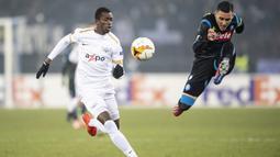 Gelandang Napoli, Jose Callejon, menendang bola saat melawan FC Zurich pada laga Liga Europa di Stadion Letzigrund, Kamis (14/2). Napoli menang 3-1 atas FC Zurich. (AP/Walter Bieri)