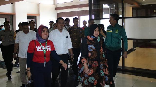 Tri Rismaharini Menyambangi Pemain Persebaya Jelang Duel Versus Persija – Indonesia