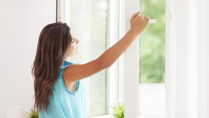 Buka jendela rumah.
