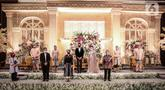 Pemakaian masker untuk pengantin dan keluarga pengantin saat simulasi penerapan protokol kesehatan resepsi pernikahan di era new normal di Jakarta, Kamis (9/7/2020). (Liputan6.com/Faizal Fanani)