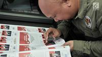 Komisioner KPU Ilham Saputra mengecek kualitas surat suara Pilpres 2019 saat pencetakan perdana di Jakarta, Minggu (20/1). KPU memberi kepercayaan PT Aksara Grafika Pratama untuk mencetak surat suara 72,35 juta lembar. (Merdeka.com/Iqbal S. Nugroho)