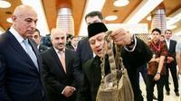 Duta Besar Indonesia untuk Azerbaijan Husnan Bey Fananie memperkenalkan produk kerajinan Indonesia kepada sejumlah pejabat di pemerintahan Azerbaijan. (KBRI Baku)