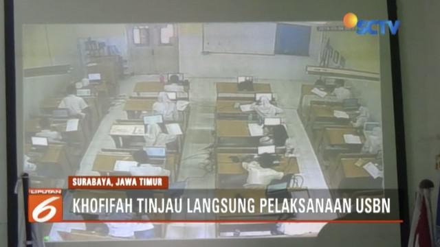 Gubernur Jawa Timur Khofifah Indar Parawansa tinjau pelaksanaan USBN berbasis smartphone di SMA Negeri 5 Surabaya.
