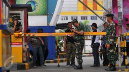 Petugas dari TNI terlihat melakukan penjagaan di depan pusat perbelanjaan kawasan Glodok, Jakarta Barat, Jumat (4/11). Pengamanan ketat dilakukan guna mengantisipasi peristiwa tidak diinginkan terkait demonstrasi Ormas Islam. (Liputan6.com/Angga Yuniar)