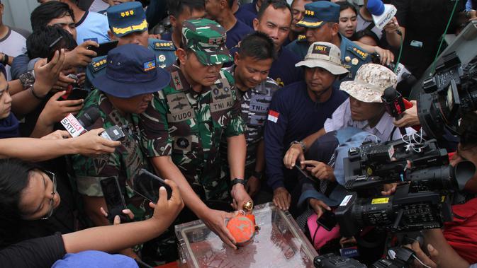 Panglima Komando Armada (Koarmada) I, Laksamana Muda TNI Yudo Margono menunjukkan CVR Lion Air JT 610 di atas kapal Angkatan Laut Indonesia KRI Spica di perairan Tanjung Karawang, Indonesia (14/1). (AFP Photo/Azwar Ipank)