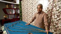 Shridhar Chillal, bekas pemilik kuku terpanjang di dunia, yang panjangnya hampir menyerupai ukuran bus bertingkat London (AP)
