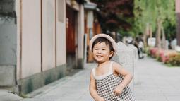 Terlahir dari aktor dan aktris ternama di Indonesia, Natusha seolah memiliki bakat dari kedua orang tuamya. Dengan baju hitam-putih kotak-kotak dan topi, Natusha pun tersenyum manis menunjukkan raut wajah bahagianya. (Liputan6/IG/chelseaoliviaa)