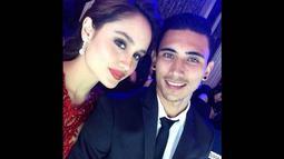 Di foto lain, Cinta juga mengunggah foto selfie 'mesra' bersama Vincent di sebuah event fashion. (instagram.com/claurakiehl)