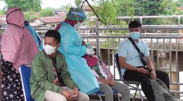 Petugas melakukan tes rapid antigen terhadap penumpang Kapal Jelatik Selatpanjang setelah ada seorang penumpang meninggal dunia.