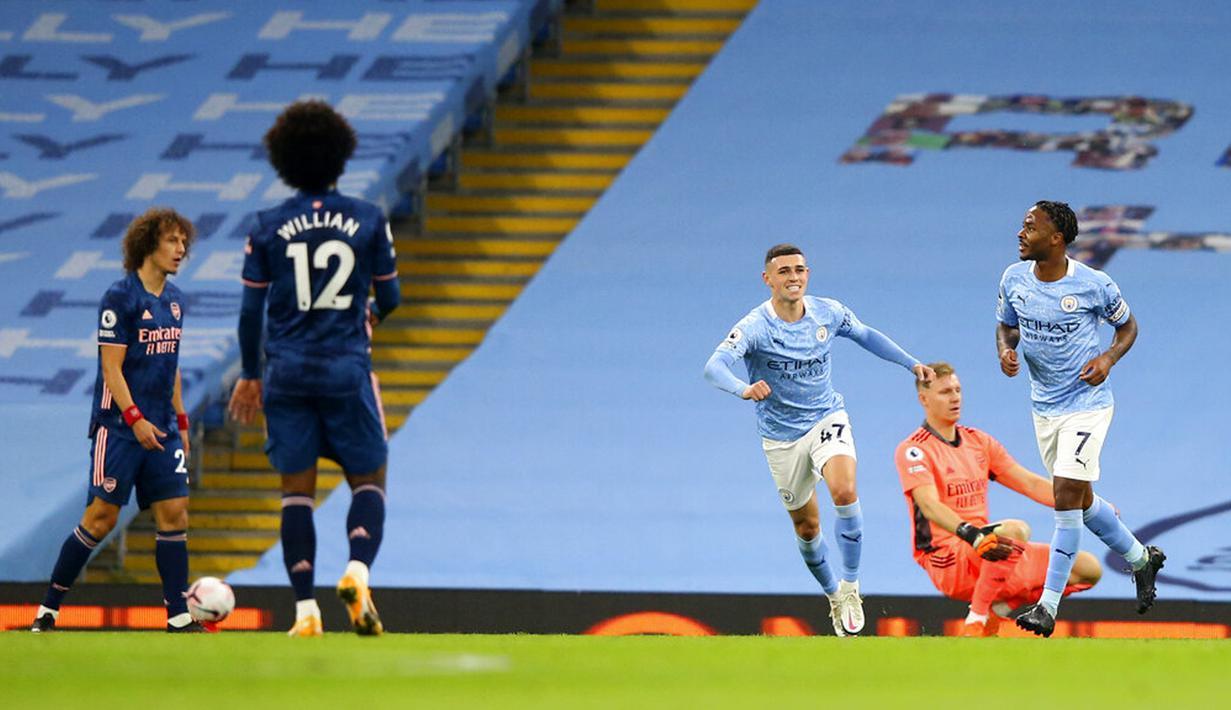 Pemain Manchester City Raheem Sterling (kanan) melakukan selebrasi usai mencetak gol ke gawang Arsenal pada pertandingan Liga Premier Inggris di Etihad Stadium, Manchester, Inggris, Sabtu (17/10/2020). Manchester City menang 1-0. (Alex Livesey/Pool via AP)
