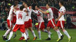 Pemain Swiss merayakan gol rekan setimnya, Ricardo Rodriguez lewat penalti ke gawang Irlandia Utara pada leg pertama playoff Piala Dunia 2018 di Windsor Park, Jumat (10/11). Bermain di kandang lawan, Swiss meraih kemenangan tipis 1-0. (AP/Peter Morrison)