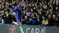 Gelandang Chelsea, Marcos Alonso, saat melakukan selebrasi setelah mencetak gol ke gawang Arsenal pada laga pekan ke-24 Premier League, di Stamford Bridge, Sabtu (4/2/2017). (AFP/Ian Kington).
