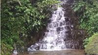 Mengisi waktu liburan, berkemah dan mandi di air terjun Irenggolo Kediri. (Liputan6.com/Dian Kurniawan)