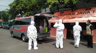 Pasien Covid-19 di RSLI Surabaya. (Dian Kurniawan/Liputan6.com)