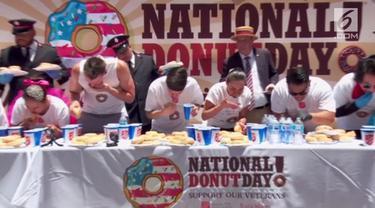 Lomba makan donat digelar untuk merayakan Hari Donat Nasional di Hollywood. Seorang pria bernama Matt Stonie mnejadi juara dengan memakan 48 donat dalam 8 menit.