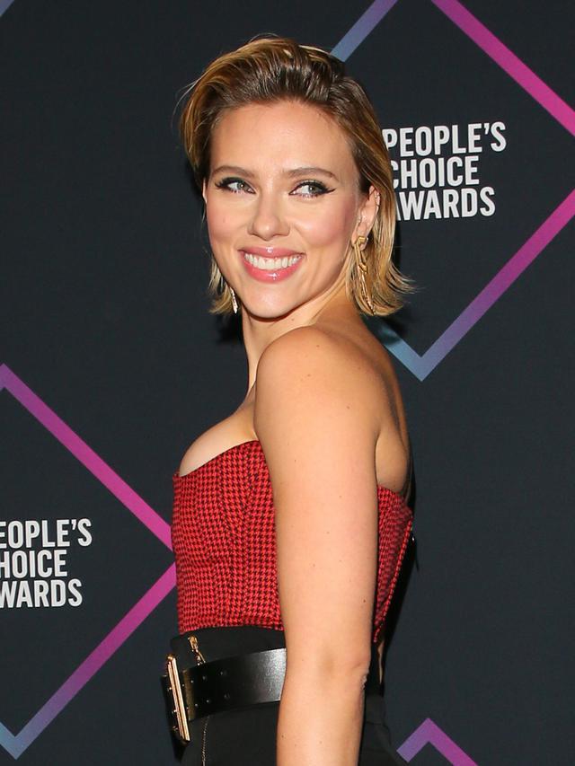 Penampilan Seksi Scarlett Johansson di People's Choice Awards 2018