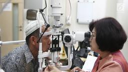 dr Ratna Sitompul mengcek pasien saat bakti sosial operasi katarak bagi masyarakat prasejahtera di EMC Sentul, Bogor, Jawa Barat, Jumat (26/10). Bakti sosial ini diikuti 74 pasien. (Liputan6.com/Herman Zakharia)