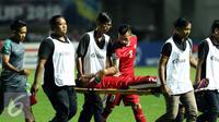 Gelandang Timnas Indonesia, Andik Vermansyah ditandu keluar lapangan akibat cedera saat final pertama Piala AFF 2016 melawan Thailand di Stadion Pakansari, Bogor, Rabu (14/12). Indonesia unggul 2-1 atas Thailand. (Liputan6.com/Helmi Fithriansyah)
