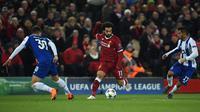 Gelandang Liverpool Mohamed Salah berusaha mengendalikan bola dengan kawalan pemain FC Porto pada leg kedua babak 16 besar Liga Champions di Stadion Anfield, Selasa (6/3). Liverpool melaju ke perempat final dengan bermain imbang tanpa gol (PAUL ELLIS/AFP)