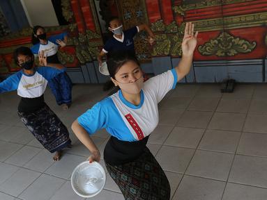 Warga berlatih tari di Kampung Bali, Bekasi, Jawa Barat, Rabu (9/9/2020). Warga Kampung Bali terdiri dari 60 kepala keluarga yang 20 di antaranya merupakan warga asal Bali. (Liputan6.com/Herman Zakharia)