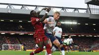 Duel antara Sadio Mane dan Toby Alderweireld pada laga lanjutan Premier League yang berlangsung di Stadion Anfield, Liverpool, Minggu (31/3). Liverpool menang 2-1 atas Tottenham Hotspur. (AFP/Paul Ellis)