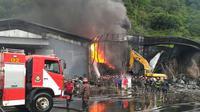 Satu unit damkar yang mati mendadak di lokasi kebakaran saat berusaha didorong petugas Foto: (JawaPos.com/Istimewa)