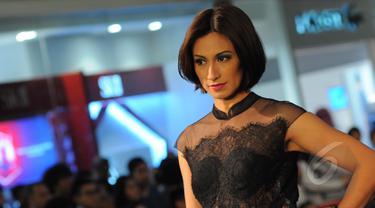 Endhita saat memeragakan busana rancangan desainer Opi Bachtiar di kawasan mall Jakarta Selatan, Kamis (26/3/2015). (Liputan6.com/Faisal R Syam)