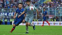 Striker Arema FC, Jonathan Bauman, saat berduel dengan gelandang Persib Bandung, Esteban Vizcarra, dalam laga pekan kedua Shopee Liga 1 2020 di Stadion Kanjuruhan, 8 Maret 2020. (Bola.com/Iwan Setiawan)