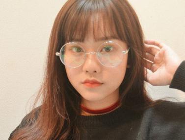 FOTO: Gaya Jessica Jane Pakai Kacamata, Makin Modis dan Menawan