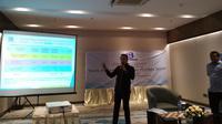 Peneliti Indo Barometer Hadi Suprapto Rusli memaparkan hasil survei lembaganya di Hotel Atlet Century, Senayan, Jakarta Selatan, Selasa (2/4/2019). (Merdeka.com/Hari Ariyanti)