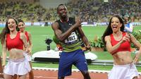 Usain Bolt menari bersama wanita-wanita cantik usai menjuarai kejuaraan atletik lari 100m Diamond League di Stadium Louis II, Monaco, (21/7). Usain Bolt mencatat waktu 9,95 detik dalam kejuaraan tersebut. (AFP Photo/Yann Coatsaliou)