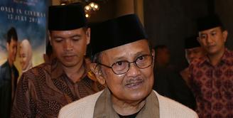Mantan presiden Republik Indonesia, BJ Habibie, juga menaruh minat pada film 'Surga yang Tak Dirindukan' seperti penonton tanah air lainnya. (Galih W. Satria/Bintang.com)