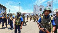 Otoritas keamanan Sri Lanka berjaga-jaga di area sekitar lokasi teror bom beruntun di ibu kota Kolombo (AP Photo)