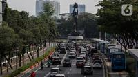 Suasana lalu lintas di Jalan Jenderal Sudirman saat hari pertama pemberlakuan  kebijakan ganjil-genap kendaraan di Jakarta, Senin (3/8/2020). Pemprov DKI Jakarta kembali memberlakukan kebijakan ganjil-genap bagi kendaraan roda empat pribadi di 25 ruas jalan di Jakarta. (Liputan6.com/Johan Tallo)