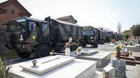 Konvoi truk militer yang membawa peti mati berisi jasad korban virus corona COVID-19 dari Bergamo tiba di Ferrara, Italia, Sabtu (21/3/2020). Pemindahan ini dilakukan karena kamar jenazah Bergamo telah mencapai kapasitas maksimum. (Massimo Paolone/LaPresse via AP)