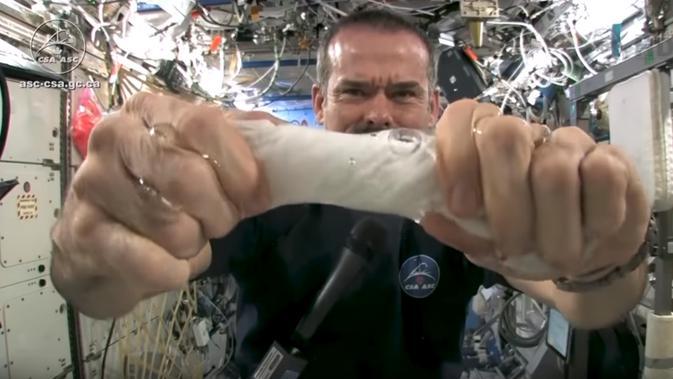 Cara astronaut mandi saat misi di luar angkasa. (Doc: Wired)