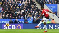 Striker Manchester United, Marcus Rashford mencetak gol ke gawang Leicester City saat bertanding pada Premier League di King Power Stadium, Leicester, Inggris, Minggu (3/2). Gol tunggal Rashford bawa MU taklukkan Leicester. (Ben STANSALL/AFP)