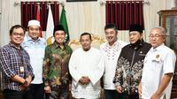 Anggota Komisi VII DPR RI Ridwan Hisjam didampingi Kepala BPH Migas M. Fanshurullah Asa mengunjungi kediaman Habib Muhammad Luthfi Bin Yahya, di Pekalongan, Jawa Tengah (25/09/2020)