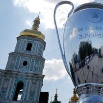 Replika raksasa trofi c ditempatkan di depan Katedral St Sophia, di Kiev, Ukraina, (23/5). Liverpool akan bertanding melawan Real Madrid di Final Liga Champions pada 26 Mei di stadion Olympiyski di Kiev. (AP Photo / Efrem Lukatsky)