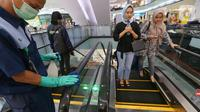 Petugas membersihkan eskalator dengan mendisinfeksi sejumlah fasilitas di Lippo Malls Puri, Jakarta, Jumat (06/3/2020). Petugas juga disebar di beberapa titik yang banyak dilalui atau digunakan pengunjung seperti tombol lift, hand rail eskalator, dan fasilitas lainnya. (Liputan6.com/Fery Pradolo)