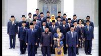 Abdurrahman Wahid (Gus Dur) serta wakilnya, Megawati Soekarnoputri, dilantik pada 20 Oktober 1999 dan mengumumkan kabinet mereka yang disebut Kabinet Persatuan Nasional pada 26 Oktober. (Istimewa)